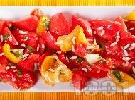 Салата с жълти и червени домати, авокадо и слънчогледови семки